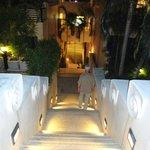 Viele hohe Stufen um das Hotel zu erreichen.