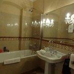 Main floor guest batroom
