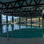 A piscina interior com agua aquecida
