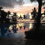 Coucher de soleil sur l'une des piscine de l'hotel