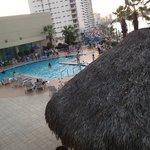 vista de la piscina y algo de la ciudad