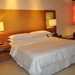 Een ruim bed met zeer goed kussens