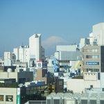 909号室からの眺めです。早朝には見えませんでしたが、青空が澄んできたらこつ然と富士山が現われました。
