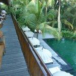 Övre restaurangen med vy över poolen