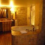 Il bagno con la vasca idromassaggio e la doccia