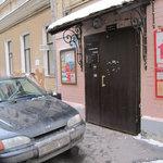 """A porta de entrada...viaturas """"bem"""" estacioanadas"""