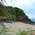 Am Strand Blick auf den Felsen mit Gebetsschrein