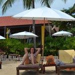 Schirme und Liegen am Strand