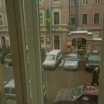 Окна выходят на не оживленный переулок.