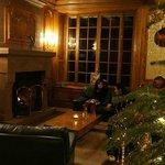 暖炉前のソファ