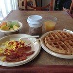 朝食、ワッフルを焼くマシーンがあるので、出来たてを食べられます