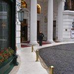 frente y entrada del hotel con el acceso para arribo en autos particulares o taxis