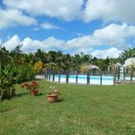 La piscine au milieu du jardin