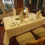 Restaurant mit eingedeckter Tischvariation