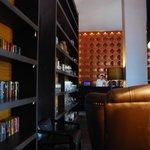 屋内レストランの本棚