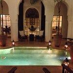 La piscina al centro del Riad