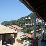 Berget där vägen till Corfu stad klättrar sig upp för
