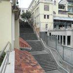 Vista de escalinata al costado del hotel