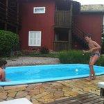 piscina e acomodações ao fundo