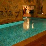 La bellísima piscina enmarcada por un imponente muro del S XVI.