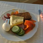 これは、朝食です!(バイキング形式)とてもシンプルだけどちょっとしたレストランよりもスモークサーモンもチーズも絶品です!