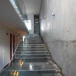 escalera del hotel con cascada en costado