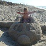 Пляж, самолётик из песка