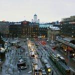 Вид из номера на ул. Kaivokatu и ж/д вокзал
