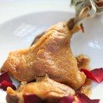 Confit de pato acompañado con crema dulce de chirivia