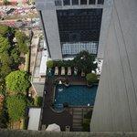 Вид из номера на бассейн отеля, 30 этаж
