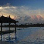 бассейн с домиком для романтического ужина или медитации