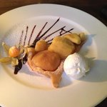 Warm apple pie with vanilla ice cream