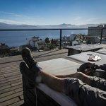 Terraza con vista al Nahuel Huapi.