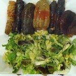 inoltini vegetariani e verdura ripiena, con insalata.