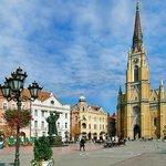 De kerk domineert het stadscentrum