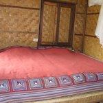 la chambre avec les murs de bambous tressés