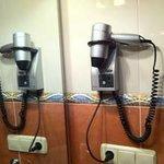 Secador de pelo disponible en los baños