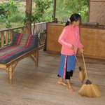 Le ménage du matin sur la terrasse