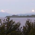 Nascer da lua ao fundo do Lago e ao lado do vulcao Osorno