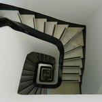 Foto tomada desde el último piso a la hermosa escalera del hostel.
