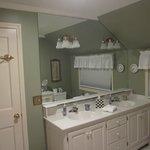queen guest room bath