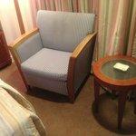 客室内のサイドテーブルとソファ