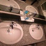 ванная комната с двумя раковинами, что очень удобно