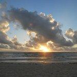 la spiaggia davanti all'hotel all'alba