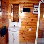Spacious en suite bathroom