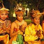 Balinese dans op locatie Mandala Desa