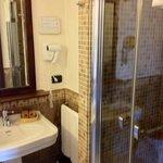 l'angolo lavabo e doccia, camera Sagina 110