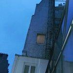 部屋の窓からの眺め(夜明けまえ)
