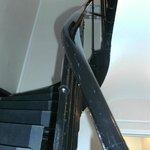 階段。エレベーター(半手動)もありますが狭い。