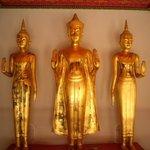 bouddha devant urnes funeraires